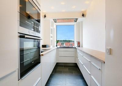 Nyt køkken på 10 m2 med IKEA elementer og bambusbordplade i Hørsholm nær Hillerød