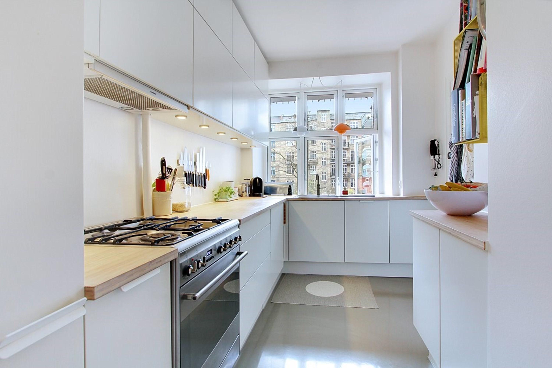 Nyt HTH køkken med bambusbordplade og gråt epoxy gulv i lejlighed i København - håndværker.dk