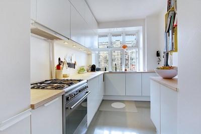 Nyt HTH køkken med bambusbordplade og gråt epoxy gulv i lejlighed i København