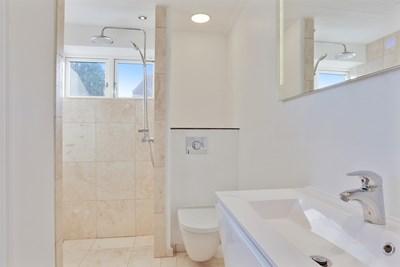 Nyt 6 m2 badeværelse med Grohe toilet og Rainshower bruser i Hårlev nær Køge