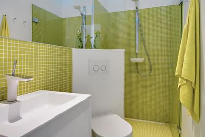 Nyt badeværelse med grønne mosaikfliser, Hansgrohe bruser og Duravit toilet i København